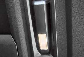 Фонарик в основном освещает багажник, но его можно достать и использовать по назначению.