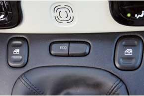 Кнопка Eco ограничивает крутящий момент мотора на отметке 100 Нм, тем самым экономя топливо.