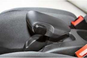 Несмотря на причудливую форму рычага стояночного тормоза, пользоваться ручником удобно.