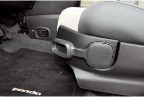 Даже рычаг регулировки высоты водительского сиденья дизайнеры оформили в фирменном стиле.
