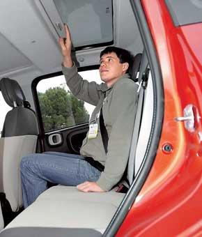 В широких креслах будет комфортно и полным людям. Задние пассажиры могут любоваться небом через стекло в крыше. При росте 177 см остается небольшой запас над головой и в коленях.