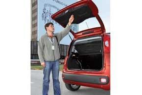 Проем багажника широкий, а задняя дверь, не в пример азиатским конкурентам, открывается на большую высоту  около 2-х метров.