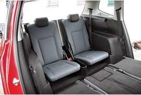 Подушка центрального кресла второго ряда смещается вперед и вниз, позволяя сдвинуть наружные сиденья, а его спинка «сворачивается» в удобный подлокотник. Кресла второго и третьего ряда складываются, образуя ровный пол.