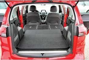 Сложенные сиденья второго и третьего рядов образуют идеально ровный пол. В этом случае объем багажника  1860 л. В левой боковине заднего крыла «спрятали» компрессор и ремкомплект.