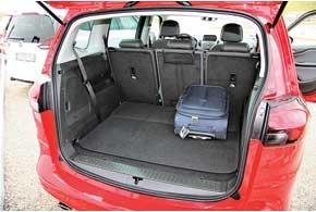 В салоне пятиместной конфигурации объем багажника составляет 710 л, что на 65 л больше, чем у обычной Zafira.
