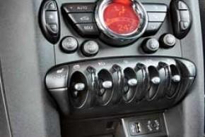 Эргономика места водителя не отличается от хэтчбека. Предназначение оригинальных переключателей-тумблеров лучше выучить, чтобы на ходу не выискивать нужный в самом низу отвесной центральной консоли.
