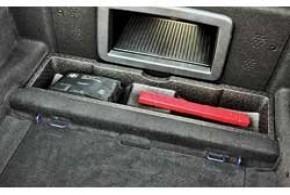 Под полом багажника аптечка и знак аварийной остановки в одной нише ...