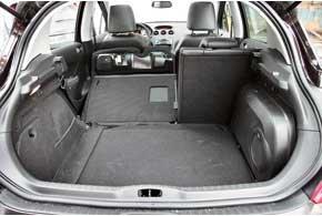 Часть объема багажника отдали под сабвуфер аудиосистемы JBL. Если кузов грязный, то, «ныряя» в глубь отсека за вещами, легко испачкать одежду о высокий бортик, сделанный таковым в угоду жесткости кузова.