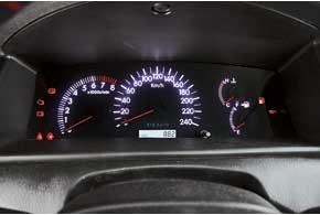 Панель приборов лаконична и практически полностью повторяет дизайн щитка Optitron Toyota Camry.