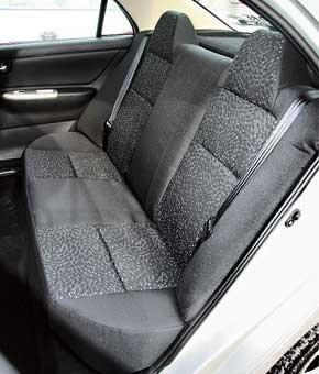 Задний диван F3 менее удобен из-за короткой подушки и отсутствия подлокотника. Зато троим здесь просторнее, чем в Lada.