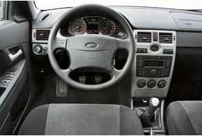 Салон Lada выглядит современнее, да и собран качественно. Верх торпедо  из податливого пластика. CD-ресивер отличается приемлемым звучанием.