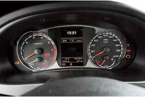 На центральный дисплей маршрутного компьютера можно вывести множество показателей, вплоть до точной температуры охлаждающей жидкости.