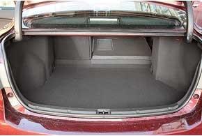 Багажник не изменился. Впрочем, его 509-литрового объема в походном состоянии вполне достаточно. Есть люк для перевозки длинного груза и возможность сложить спинки заднего дивана  для громоздкого.