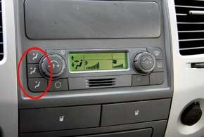 Для выбора направления потоков теплого воздуха служат три кнопки.