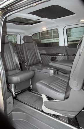 В салоне Viano 3.5  роскошные кожаные кресла, которые сдвигаются по салазкам в полу, как, впрочем, и раскладной столик-тумбочка межу ними.
