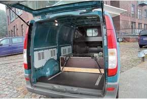 Грузовой отсек Vito: на полу  защитное покрытие. Для крепежных ремней  удобные перфорированные рейки на бортах и в полу.