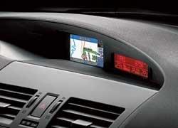 Второстепенная информация вынесена с поля основных приборов на отдельный экран. Его щиток словно «выныривает» из-за основного.