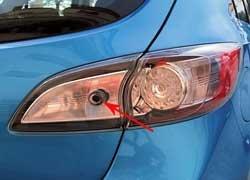 Когда установлена система бесключевого доступа, то отдельная кнопка центрального замка позволяет закрывать машину с двери багажника  для этого не надо доставать ключ или идти к передним дверям.
