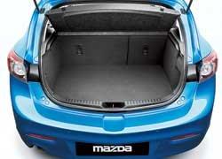 Объем багажника хэтчбека составляет 340 л (300 л для автомобилей с сабвуфером акустической системы Bose). У седана в походном состоянии  430 л.