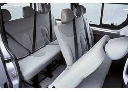 В микроавтобусах спинки сидений второго ряда складываются и по отдельности. В дорогих исполнениях эти кресла поворачиваются на 180 град.