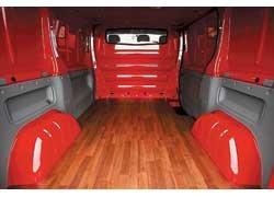 Пол грузового отсека имеет защитное покрытие «под паркет», а борта  пластмассовую обшивку до поясной линии.