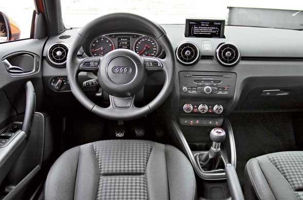 Малютка Audi выполнена из качественных материалов. Даже центральная вставка из жесткого пластика с матовым покрытием приятна на ощупь и напоминает поверхность дорогих мобильных телефонов. Рулевое колесо можно заказать с одним из вариантов кожи или обтянутое замшей.