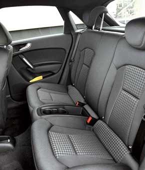 В четырехместном авто в подушке заднего сиденья есть ниша и подстаканники.