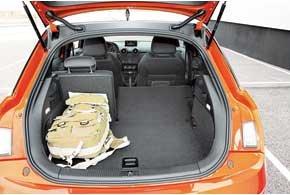По меркам класса, 270-литровый багажник большой. Оригинальные габаритные огни и поворотники с аварийной сигнализацией делают машину с открытым багажником заметнее в темноте.