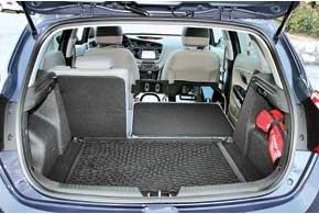 Объем багажника нового сeed в походном состоянии вырос на 40 л и составляет 380 л. При сложенных задних сиденьях отсек увеличивается до 1318 л (+ 18 л).