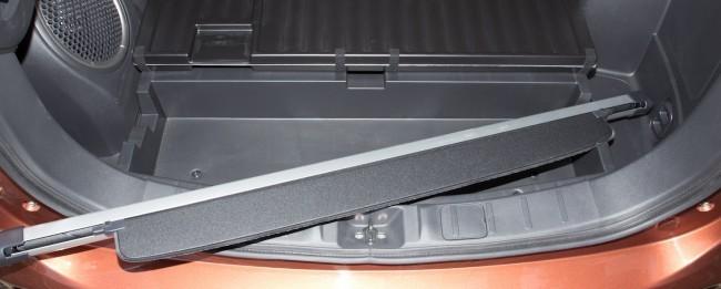 Под фальшполом даже предусмотрели специальные пазы для крепления снятой шторки багажника, но в топовой версии сабвуфер мешает положить шторку на место.