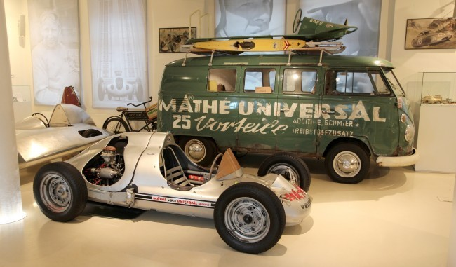 На переднем плане автомобиль класса Формула (1952 год), построенный на агрегатах Porsche гонщиком Otto Mathe. Сзади бусик техподдержки