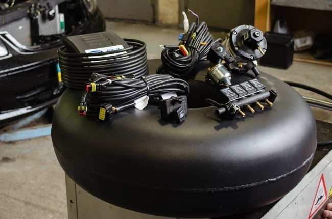 Типичный набор современного ГБО на примере продукции компании Tartarini: баллон, редуктор, форсунки, электронный блок управления и коммутация