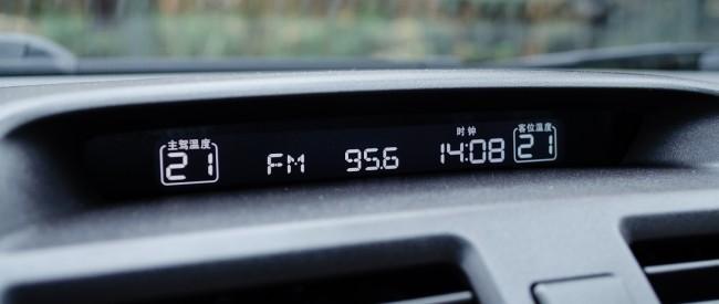 Было бы замечательно, если бы здесь же отображалась и температура за бортом, однако ее вынесли на комбинированный аналогово-цифровой приборный щиток.