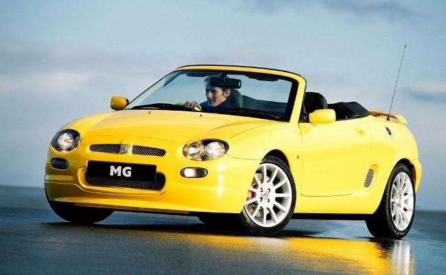 Родстер MG F с гидропневматической подвеской виделся многообещающим автомобилем, способным вернуть английскому бренду прежнюю славу. Увы, сбыться прогнозам было не суждено