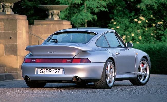 Porsche 911 (993) Turbo впервые получил двигателем с двойным турбонаддувом, однако серия 993 стала последней 911-й, оснащаемой моторами с воздушным охлаждением
