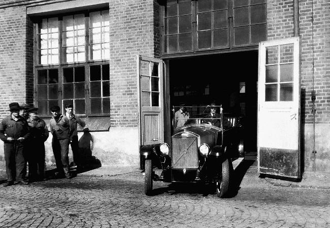 14 апреля 1927. Первый Volvo OV4 покидает ворота завода