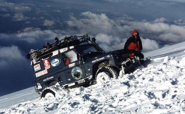 Land Rover Defender и восемь членов экипажа поднялись на Эльбрус