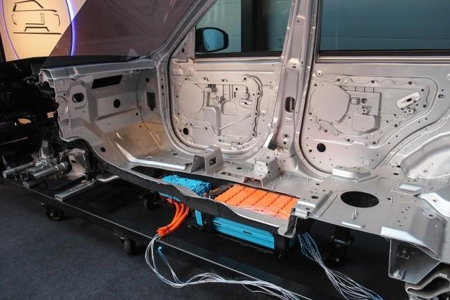 Электрическая начинка прячется в ногах у заднего пассажира