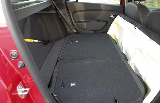 При сложенных задних сиденьях багажник огромен, но образуется ступенька
