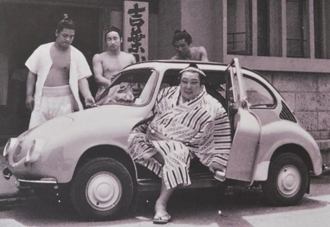 Реклама с борцами сумо - отличный ход для мини-автомобиля