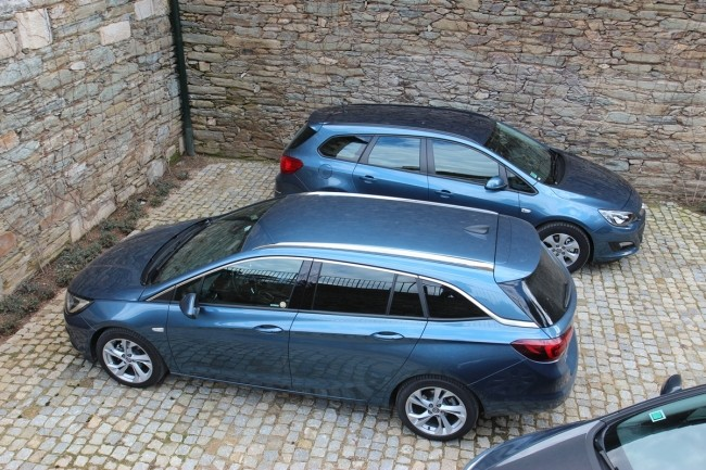 Opel Astra K и Astra J на заднем плане