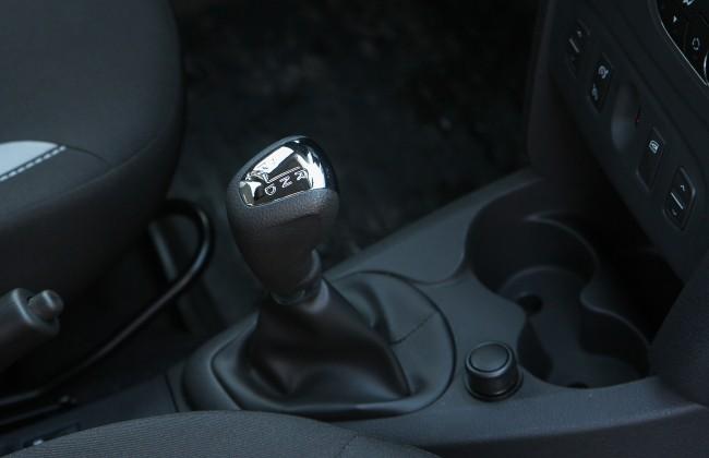 Селектор новой коробки передач украсили маркой блестящей вставкой
