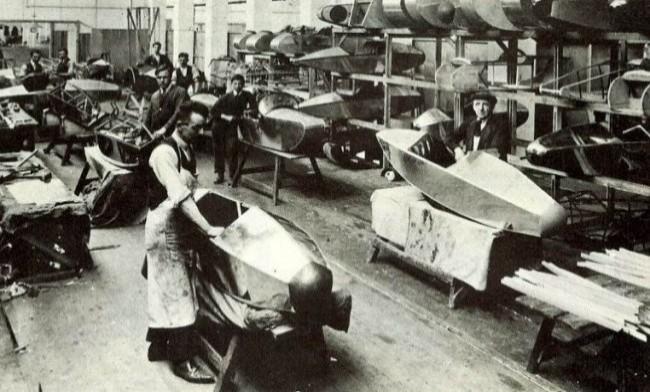 Завод Swallow Sidecars в Ковентри. На переднем плане Уильям Уолмсли
