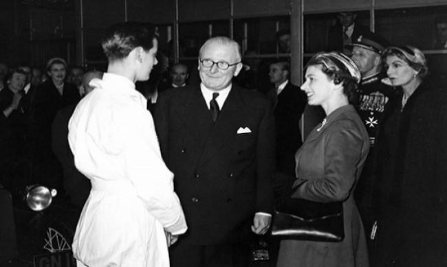 Королева Елизавета II и Сэр Уильям Лайонс на заводе Jaguar 1956 год