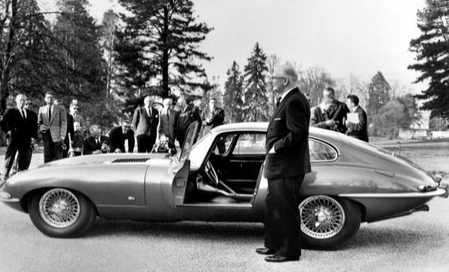 Сэр Лайонс представляет E-Type на закрытом показе перед открытием Женевского автошоу. 1961 год
