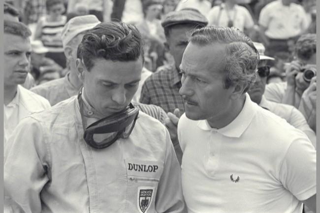 Колин Чепмен (справа) и автогонщик Джим Кларк