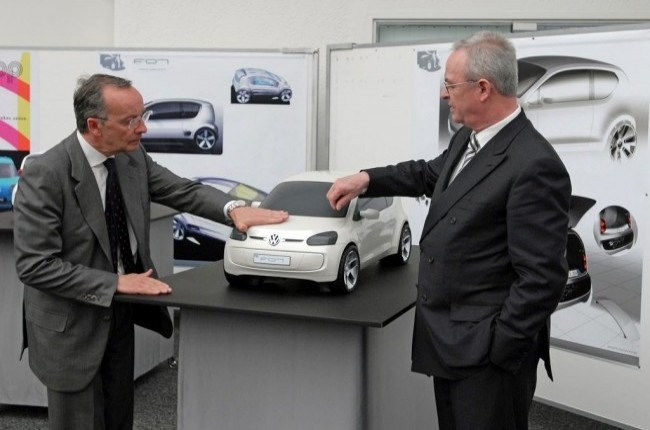 Вальтер де Сильва демонстрирует макет Volkswagen Up! Мартину Винтеркорну