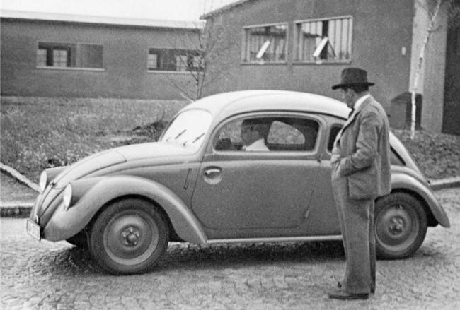 Volksauto (прототип) на испытаниях. Рядом Фердинанд Порше