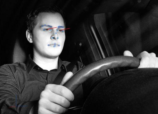 Камера отслеживает направление взгляда водителя.