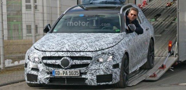 Универсал Mercedes-AMG E63 был замечен фотошпионами во время разгрузки